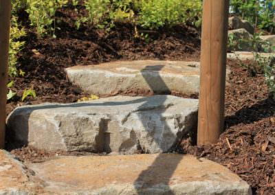 Beemelmans Garten & Landschaftsbau in Goch | Prachtvolle Pflanzen & ein Steinplatten Weg
